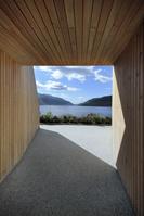 湖畔へのトンネル