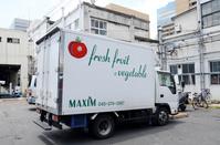 働く車 生鮮野菜や果物をを運ぶ車