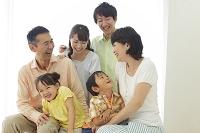 ソファーでくつろぐ日本人の三世代家族