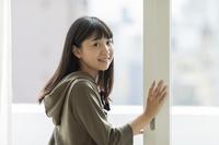 窓辺の日本人の女の子