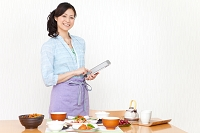 タブレットを操作している日本人女性