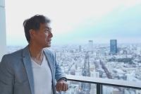 遠くを眺めるシニアの日本人男性