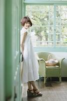 白いワンピースを着た日本人女性
