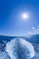 太陽と雲と海と航跡