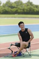 椅子に座る義足陸上競技選手