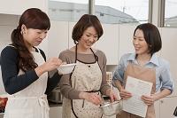 キッチンで料理をする日本人女性