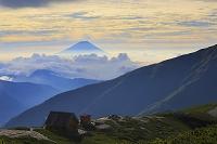 長野静岡県境 雲海に浮かぶ朝の富士山と小河内岳避難小屋