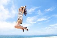 ジャンプをする日本人女性