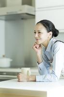 キッチンの日本人女性