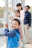 窓拭きをする家族