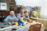 おじいちゃんおばあちゃんと子供