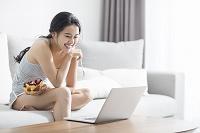 家でパソコンを使う女性