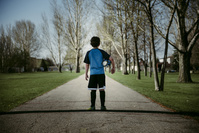サッカーボールを抱えた男の子