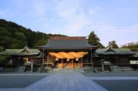 福岡県 宮地嶽神社 夕日を受ける拝殿と大注連縄