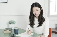 手紙を書く20代日本人女性