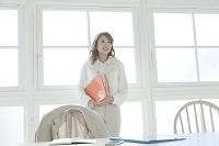 窓辺に立つビジネス女性