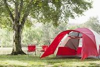 赤いテントとキャンプチェア