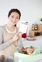 電卓を持つ日本人女性