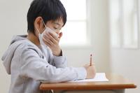 授業中に咳をする小学生