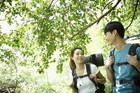 ハイキングする若いカップル