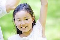 お母さんの手をとり踊る女の子