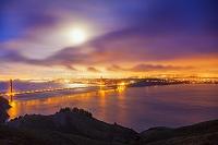 アメリカ合衆国 満月とゴールデンゲートブリッジ