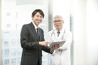 病院でタブレットで情報提供するMRと医師