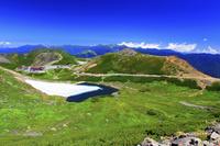 岐阜県 摩利支天岳より不消ヶ池と万年雪と畳平と穂高連峰 乗鞍岳