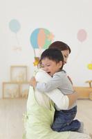 体調の悪い保育園児と介抱する先生