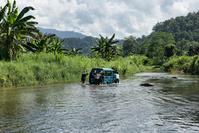 インドネシア メル・ブトゥリ国立公園 川を渡るジープ