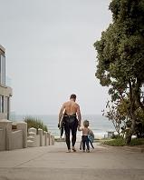 海に向かう父子