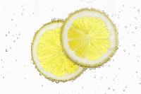 2枚のスライスレモンと水泡