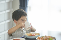食事をする日本人の子供