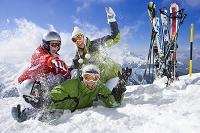 雪遊びをする外国人家族