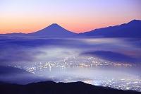 長野県 高ボッチ高原 朝焼けの富士山と雲海の諏訪湖