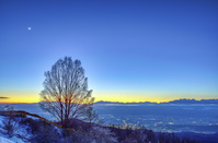 長野県 冬の美ヶ原と北アルプスの夕景と月