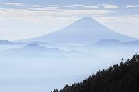 山梨県 櫛形山林道 富士山と霞む山並み