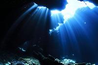 光りの差し込む洞窟