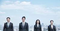 青空と日本人ビジネスパーソン