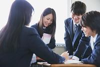 宿題を討論する高校生たち