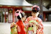 初詣で着物を着た日本の姉妹