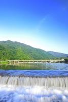 京都府 朝の桂川から見る渡月橋と嵐山