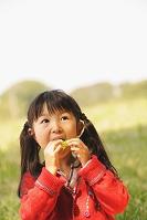 ピクニックをする女の子