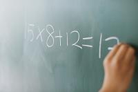問題を解く小学生
