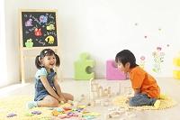 積み木とアルファベットのパズルで遊ぶ男の子と女の子