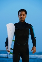 サーフボードを持つサーファー