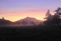 群馬県 尾瀬 上田代から望む朝焼けの燧ケ岳