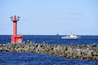 千葉県 金谷港の波けしブロックと灯台