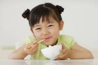ご飯を食べる女の子