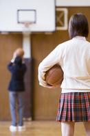 バスケットボールを持つ女子学生達